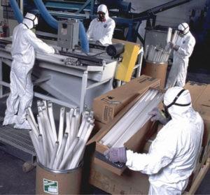 Рабочие обезвреживают отходы